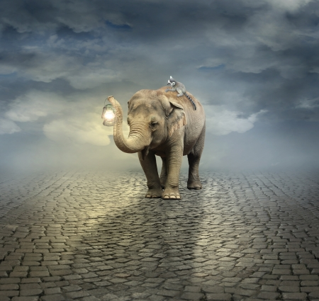 Surreal künstlerische Darstellung mit einem Elefanten trägt einen Lemur auf dem Rücken und einer Laterne mit seinem Rüssel