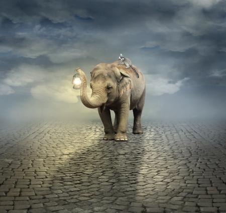 Surrealistische artistieke illustratie met een olifant die een maki op zijn rug en een lantaarn met zijn slurf