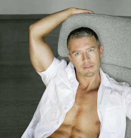 shirt unbuttoned: Handsome giovane Ritratto di modello maschile con una camicia sbottonata Archivio Fotografico