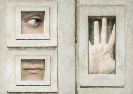 Artistieke surrealistische samenstelling van een oog een mond en een geopende hand omlijst