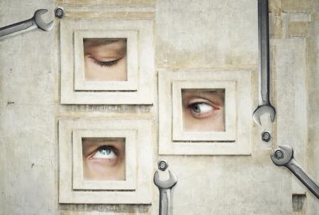 Grappige en artistieke samenstelling van drie menselijke ogen