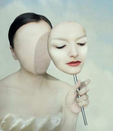 그녀의 얼굴에 마스크와 얼굴이없는 여자의 초현실적 인 초상화