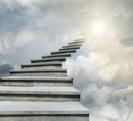Conceptuele van trap over de hemel in de wolken