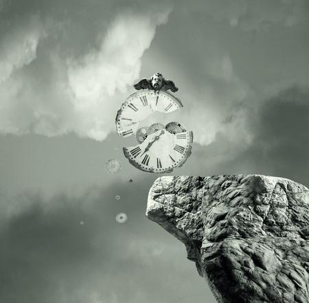 Metafysica stel neerkomt op een oude en kapotte klok die valt van een klif af in een dramatische en surrealistische achtergrond