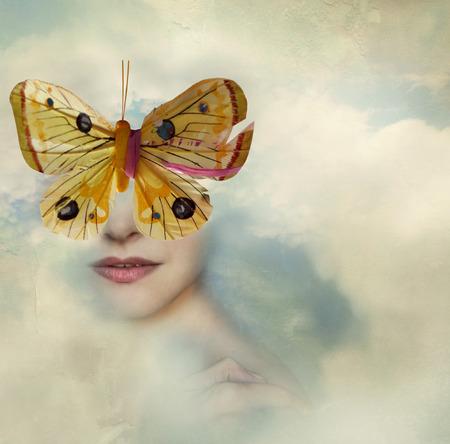 Surreal afbeelding van een vrouwelijk portret gehuld in de wolken met een vlinder in plaats van haar ogen
