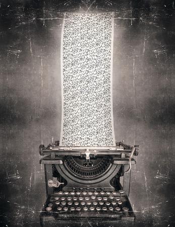 Surreal stel in zwart-wit van een mooie klassieke ouderwetse schrijfmachine met een zeer lange papier vol met de letters van het alfabet in een vintage stijl Stockfoto