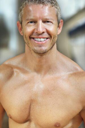expresion corporal: Guapo modelo masculino retrato sonriente
