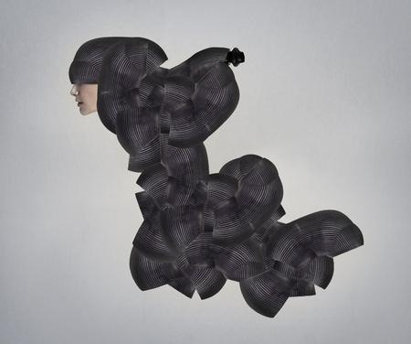 pokrývka hlavy: Modelka profil v černé bizarního pokrývky hlavy a druh oblečení
