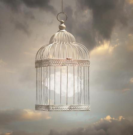 Dromerige afbeelding die een wolk in een kooi te vertegenwoordigen met een mooie hemel op de achtergrond Stockfoto