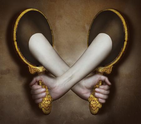 psyche: Imagen surrealista representa dos brazos y las manos que salen de dos espejos que se apoyan mutuamente Foto de archivo