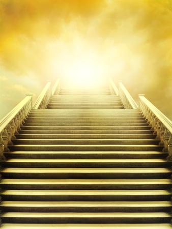 psyche: Hermosa escalera que conduce al cielo muy brillante Foto de archivo