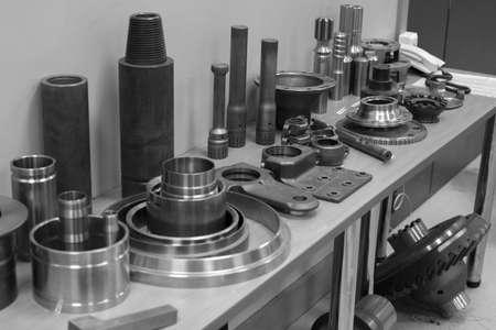 산업용 선반 도구 및 고정밀 cnc 선회 부품. 고정밀 자동차 가공 금형 및 다이 부품. CNC는 테이블에 부품을 제공했다.