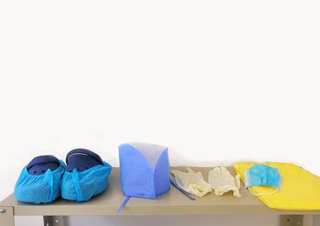 Medizinische persönliche Schutzausrüstung auf dem Tisch