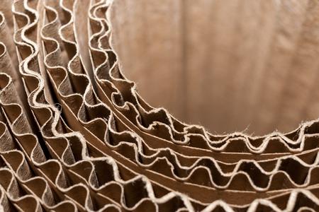 Close-up deel van een cirkelvormige spoel van golfkarton met golvende lagen. Bovenste zijaanzicht.
