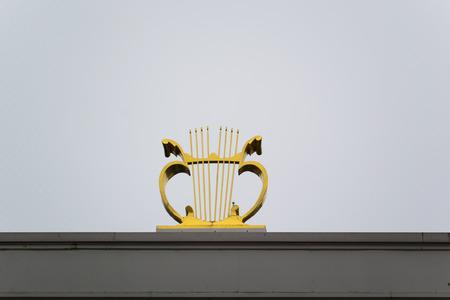 Harpe d'or - un symbole de la musique, Helsinki, Finlande Banque d'images - 55211421