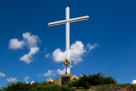 길가의 흰색 십자가