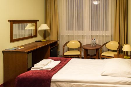 Slaapkamer met bureau en spiegel Stockfoto - 93513993