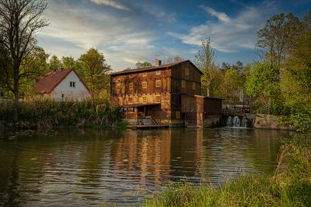A historic water mill in Brzeski on the Grabia River in central Poland. 版權商用圖片 - 147918652