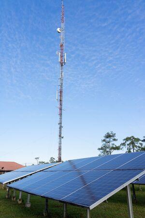 Paneel van zonne-energie met hemelachtergrond, groen schoon, alternatief energieconcept.