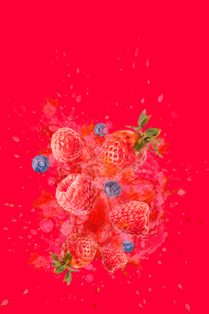 Artfully and lovingly designed photomontage with raspberries, blackberries, strawberries and water splashes in the background Stockfoto - 118065197