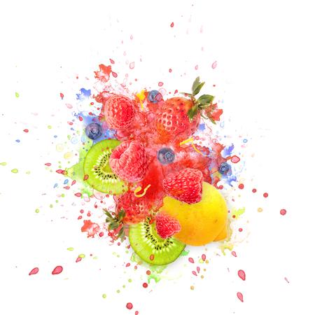 Kunstig en liefdevol ontworpen fruitexplosie met frambozen, bramen, aardbeien, kiwi's, citroen en waterspatten op de achtergrond Stockfoto