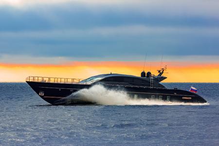 Barco negro del motor de la velocidad de la élite que se mueve rápidamente del mar Báltico Foto de archivo - 73617731