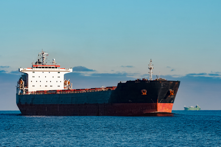 黒い貨物船がまだバルト海水で移動します。リガ、ヨーロッパ