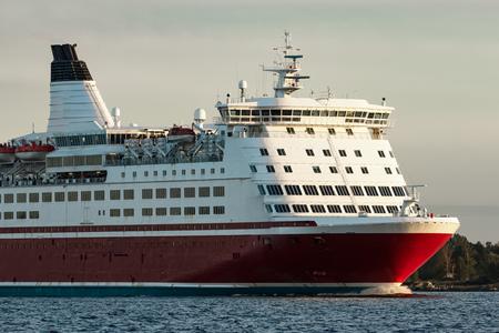 赤はクルーズ ライナーの弓です。旅客フェリー進行中 写真素材