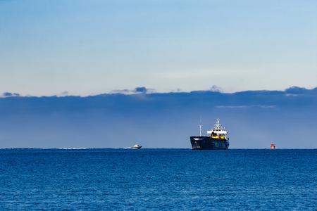 Buque de carga negro con excavador de largo alcance moviéndose por el mar Báltico Foto de archivo - 76051068