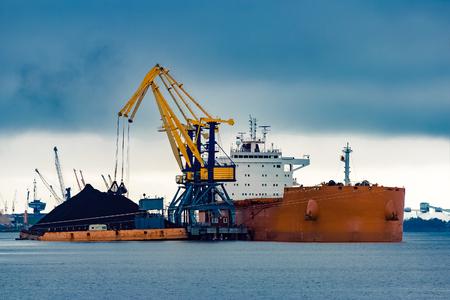 포트에 석탄을로드하는 대형 오렌지 화물선