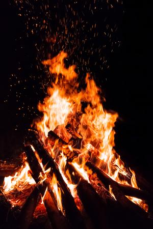 Lagerfeuer mit fliegenden Funken auf schwarzem Hintergrund isoliert Standard-Bild - 78240789