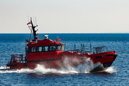 발트 해에서 이동하는 빨간색 조종사 우주선