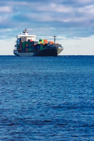 モダンなグレー コンテナー船はまだ水の移動