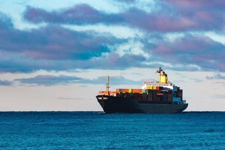 Modern zwart container schip verhuizing van de Baltische zee
