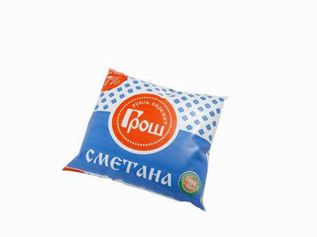 Beispiel für die Gestaltung der Verpackung für Sauerrahm in einer Cellophanverpackung.