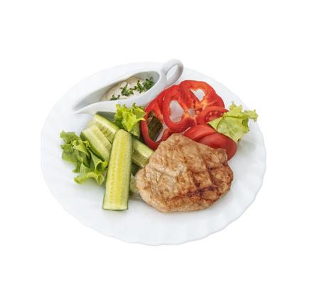 Fleisch, Gemüse, Sauce und grüne Pflanzen.