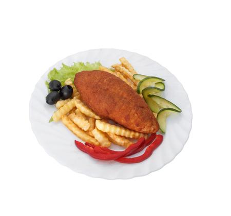 Hähnchenschnitzel in Semmelbröseln frittiert. Gemüse und grüne Pflanzen. Grill. Pommes frittes.