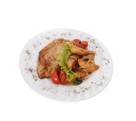 Gebratenes Hühnerfleisch, Gemüse und grüne Pflanzen. Grillen und