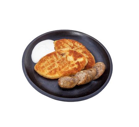 Bratwürste und Kartoffelpfannkuchen mit Füllung. Standard-Bild