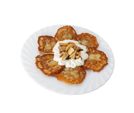 Pfannkuchen aus Kartoffeln. Mit saurer Sahne und Pilzen.