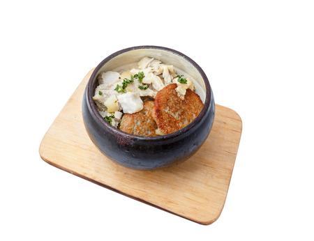 Pfannkuchen von der Kartoffel in einem Topf und in einem Schmorfleisch auf hölzernem Bord. Standard-Bild