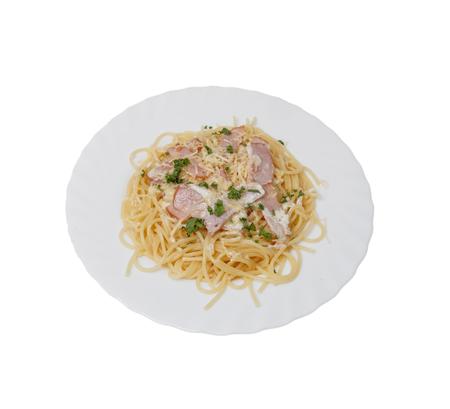 Pasta mit gebratenem Speck, Ei und Käse.