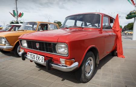 Red Moskvitch 412 Volga bei der Ausstellung von Oldtimern. Sommer. Weißrussland. Witebsk. 2017. Editorial