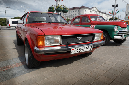 Red Ford Mustang bei der Ausstellung von Oldtimern. Sommer. Weißrussland. Witebsk. 2017