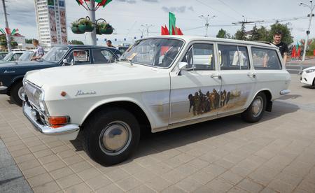 Weiße GAZ M24 Volga bei der Ausstellung von Oldtimern. Sommer. Weißrussland. Vitebsk. 2017.