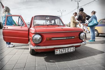 Red ZAZ 966 Zaporozhets bei der Ausstellung von Oldtimern. Sommer. Weißrussland. Witebsk. 2017