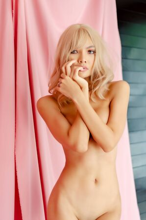 Women who don't wear clothes. Photos of nude female art. Don't focus on objects.