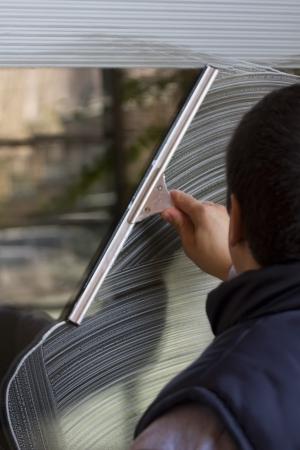 personal de limpieza: Limpiador es limpiar la ventana
