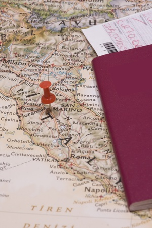 differential focus: Red pushpin showing the location of a destination point on a map Stock Photo