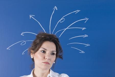 hombre preocupado: una mujer con una gran cantidad de preguntas que salen de la cabeza Foto de archivo